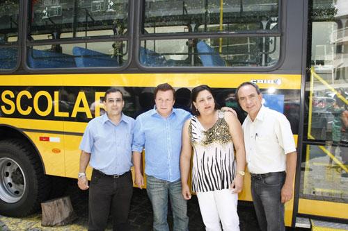 Governo entrega novos ônibus para transporte de alunos em Guaraqueçaba